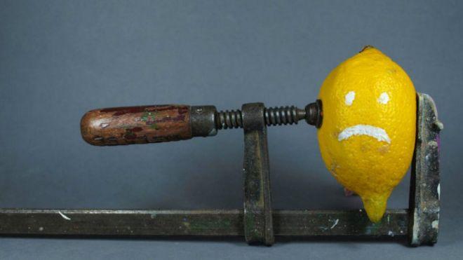 Un limón siendo exprimido por un método no tradicional