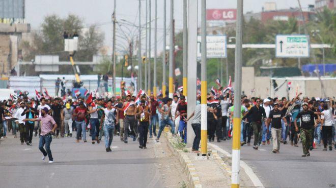 Manifestantes acercándose al congreso