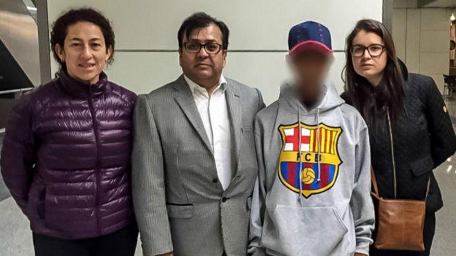 Un joven colombiano fue rescatado tras pasar 85 días perdido en el mar. En la foto, con el cónsul Ansiar Silva y funcionarios de la Cancillería de Colombia.