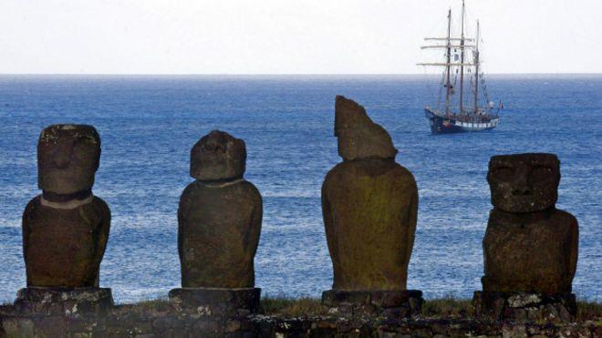 """Advierten que los """"moai"""" más cercanos al mar podrían caer por la erosión."""