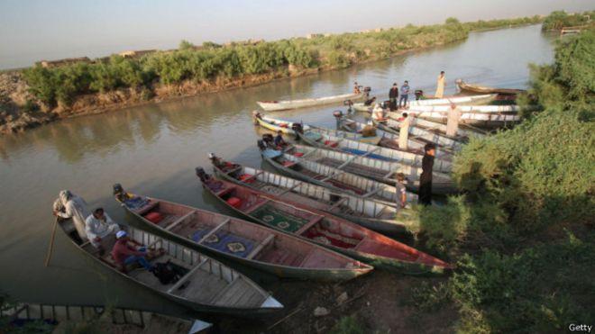 القوارب وسيلة النقل الرئيسية في الأهوار