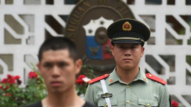 北京,菲律宾驻中国大使馆门外的武警和便衣警察。中国政府对南海仲裁案后的极端民族主义行为及言论进行了引导管控。