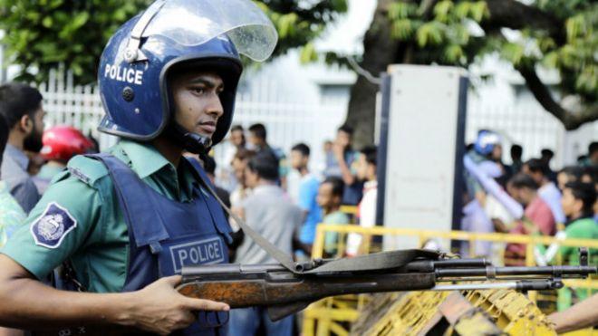 160724114347_bangladesh_policeman_640x36