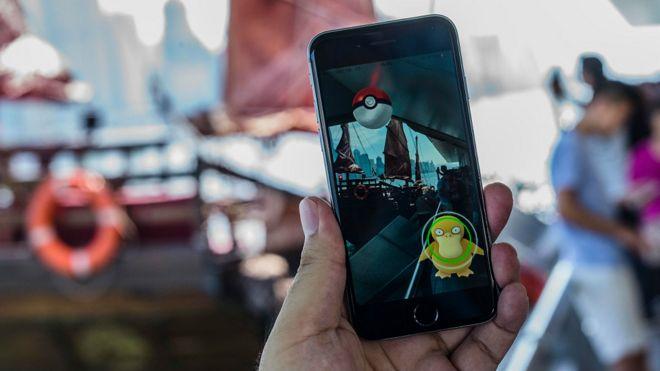 香港尖沙咀一名Pokemon Go玩家展示手機屏幕(25/7/2016)