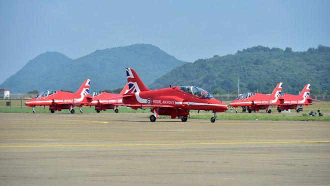 英國皇家空軍紅箭飛行表演隊在珠海航展會場整備(新華社圖片22/10/2016)