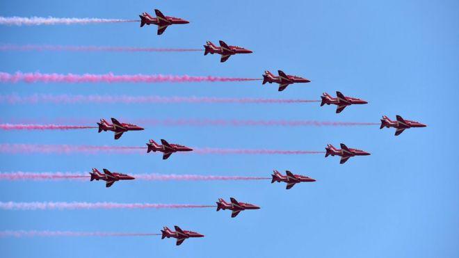 英國皇家空軍紅箭飛行表演隊在珠海航展會場表演(新華社圖片22/10/2016)