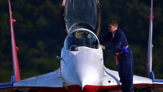 俄羅斯「雨燕」飛行表演隊飛行員正凖備下飛機(新華社圖片28/10/2016)