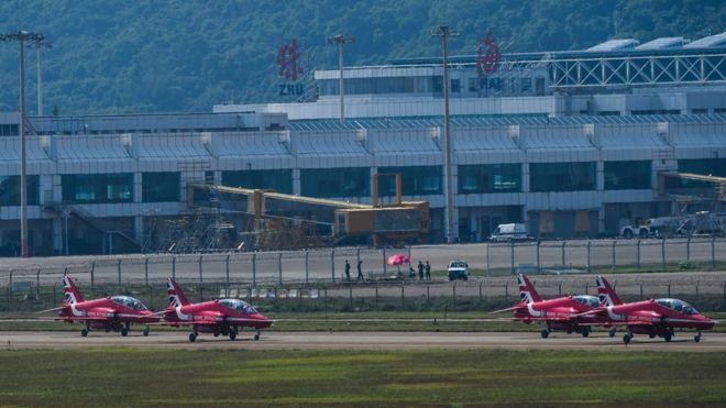英國皇家空軍紅箭飛行表演隊的Hawk T1教練機降落珠海機場(新華社圖片22/10/2016)