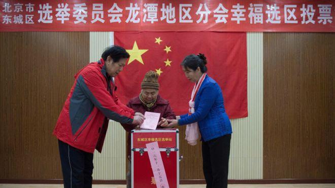 """11月15日,中國北京的一個投票站,被稱為""""全世界規模最大""""的選舉正在進行。"""