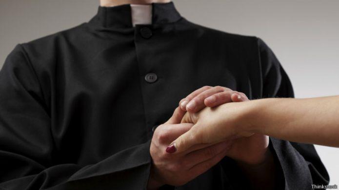 Padre dando mão à moça