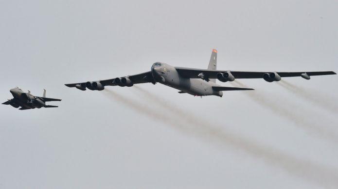 美軍B-52轟炸機(右)飛韓國烏山空軍基地(10/1/2016)