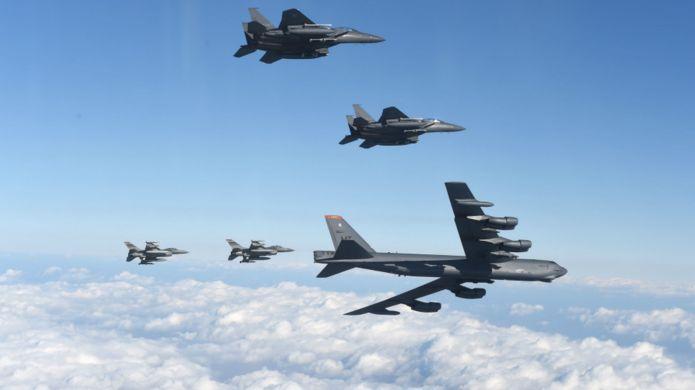 美軍B-52轟炸機在韓國戰鬥機(上)與美國戰鬥機(下)護航下飛越韓國領空(韓國空軍發放圖片10/1/2016)