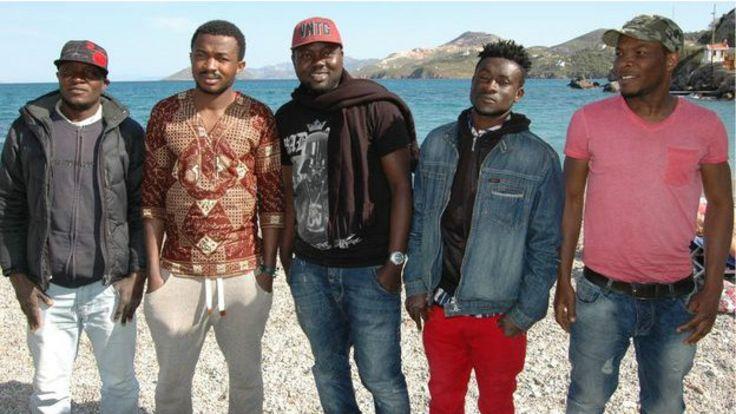 Staf Mustapha (ngoài cùng bên trái) và các bạn anh trong đó có Ali (ở giữa)