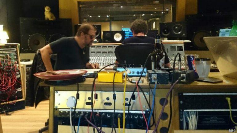 Гребенщиков и звукорежиссер Дэвид Баучер в студии
