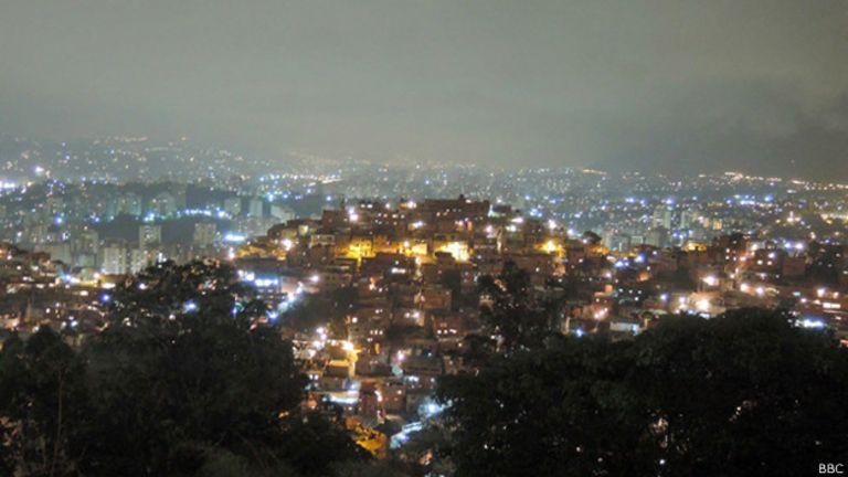 Barrio de Petare por la noche