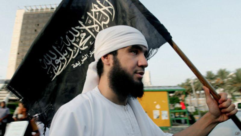 Homem muçulmano em protesto na Líbia | Foto: AP