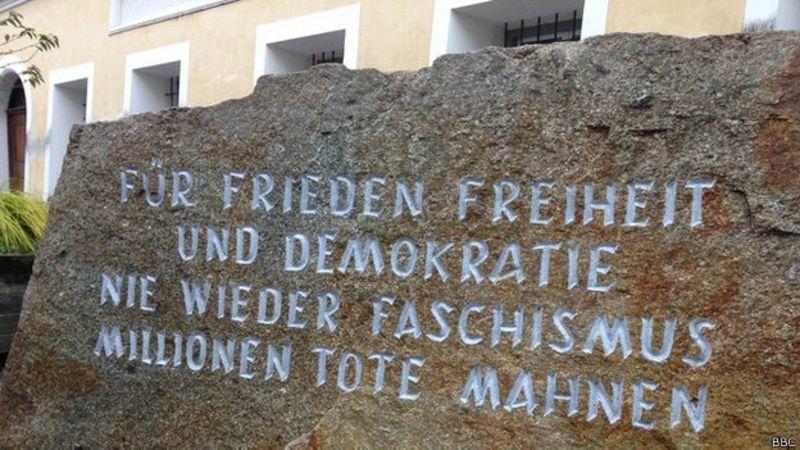 Piedra con inscripción frente a la casa natal de Hitler.