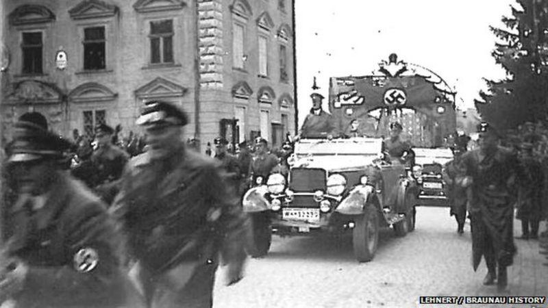 Hitler en Braunau am Inn, camino a Viena