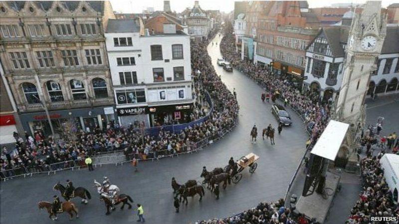 Miles de personas participaron el domingo en el cortejo funebre hasta la catedral de Leicester.