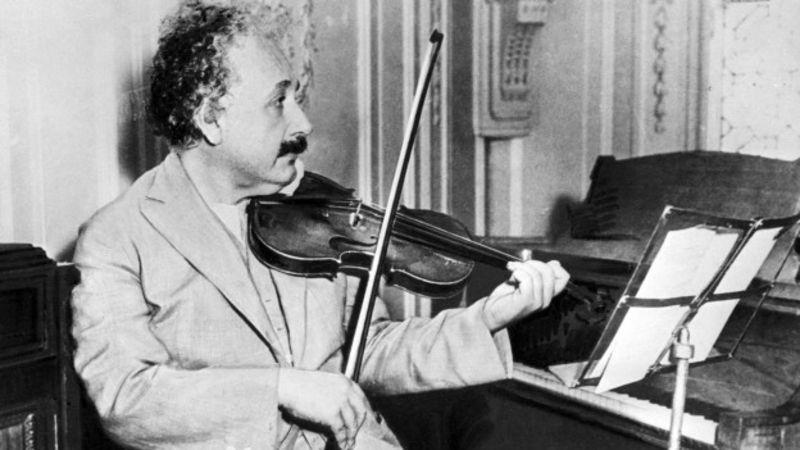 Einstein tocando el vioín