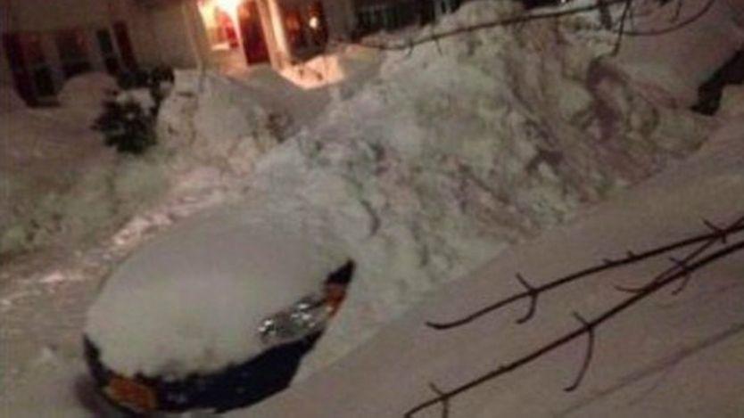 Carro cubierto de nieve