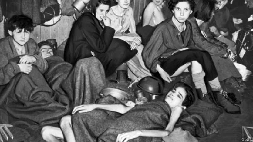 Los prisioneros estaban famélicos, como muestra esta foto del campo de 1945.