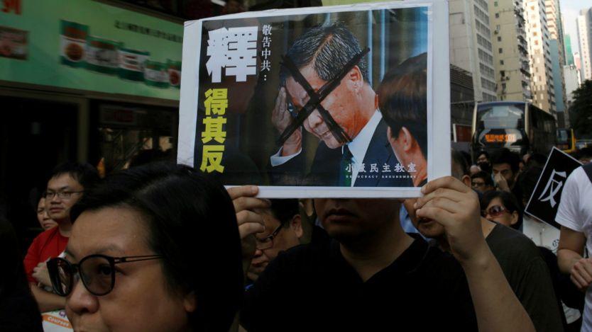 """香港民主派反释法游行上一面题为""""释得其反""""的标语牌(6/11/2016)"""