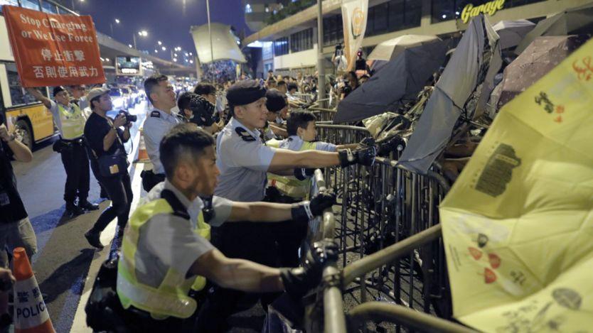 香港警察与示威者在中联办外冲突(6/11/2016)