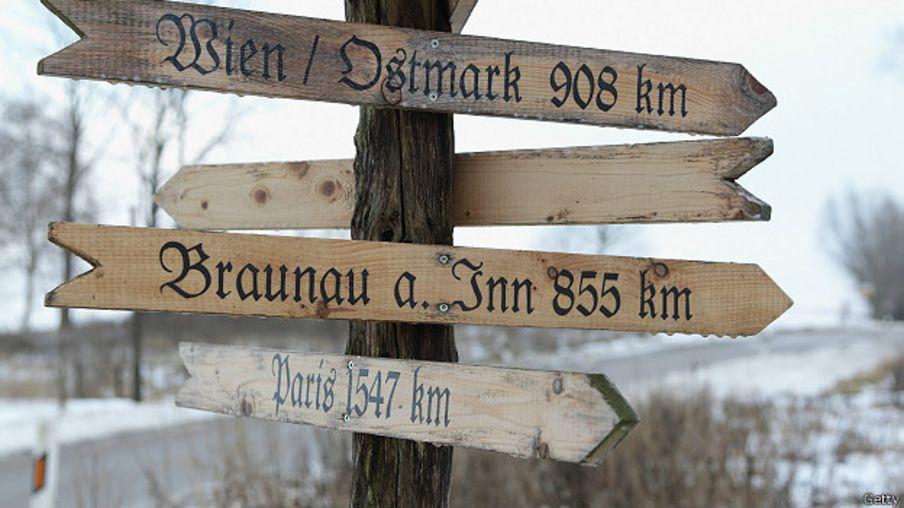 Señal que indica el camino a Braunau am Inn
