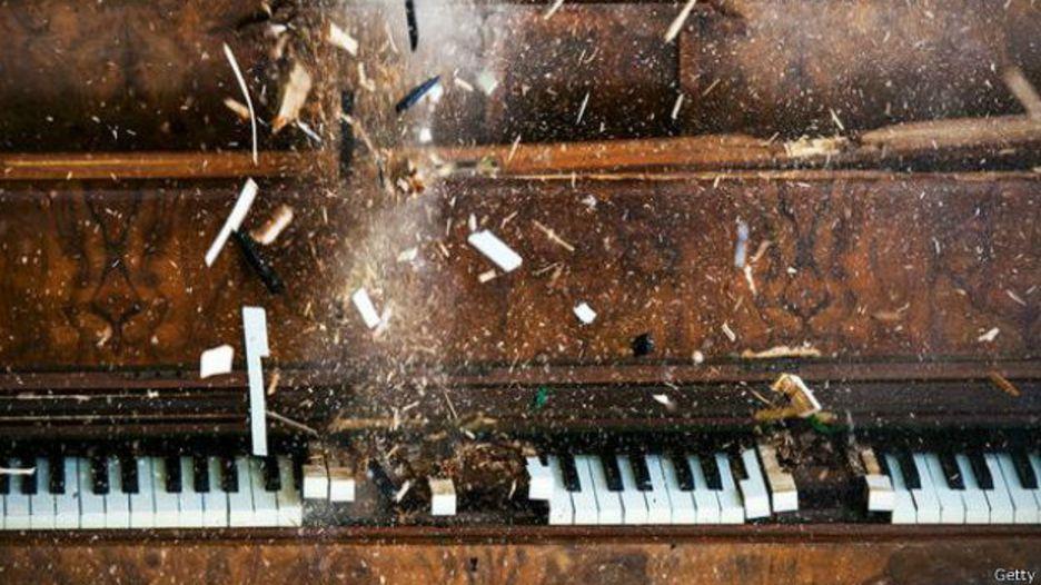 Un piano cuyas teclas explotan