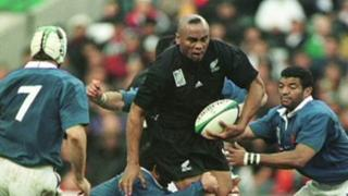 Jonah Lomu playing rugby against France