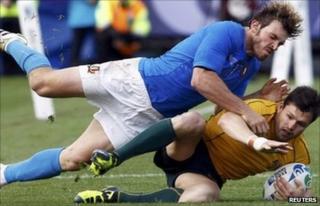 Bergamasco tackles Australia's Adam Ashley-Cooper
