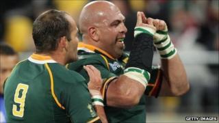 Gurthro Steenkamp celebtates his try