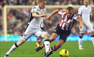 Fulham's Damien Duff (left) takes on Sunderland's Lee Cattermole