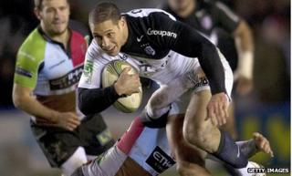 Toulouse fly-half Luke McAlister takes on the Harlequins defence