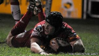 Johnathan Edwards goes over for the visitors