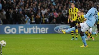 Mario Balotelli scores for Man City with a penalty