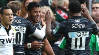 Verenki Goneva congratulates Manu Tuilagi on his first try