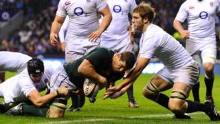 Willem Alberts scores a try for South Africa