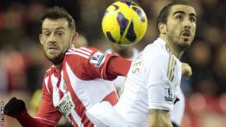Steven Fletcher and Chico Flores battle for the ball