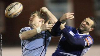 Cardiff Blues' Gavin Evans and Leinster's Dave Kearney compete for the ball