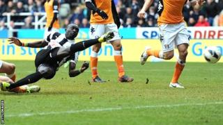 Papiss Cisse scores the winner for Newcastle against Fulham