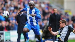 Jan Vertonghen (R) of Tottenham Hotspur tackles Arouna Kone