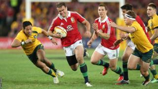 Jamie Roberts blasts over for the fourth try