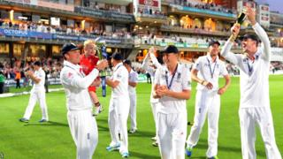 Graeme Swann holds the Ashes trophy and his son as the lap of honour around the Oval continues.
