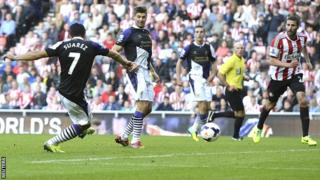 Luis Suarez scores for Liverpool at Sunderland