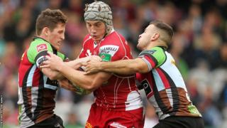 Jonathan Davies takes on Quins' defence