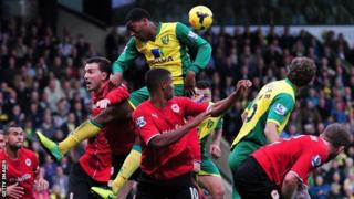Norwich City's Dutch midfielder Leroy Fer (centre) jostles with the Cardiff players for the ball