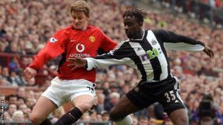 Manchester United's Ole Gunnar Solskjaer fights for the ball with Newcastle United's Olivier Bernard