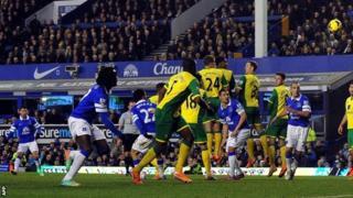 Kevin Mirallas scores for Everton